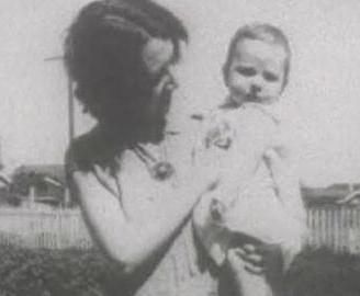 Annesinin yanı dışında başka her yerde yaşadı küçük kız.   Bir süre akrabalarının yanında, sonra evlatlık verildiği aileyle birlikte. Hatta bir ara yetimhanede bile kaldı.
