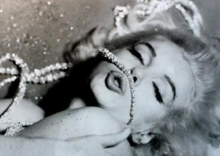 Ama Marilyn Monroe ya da gerçek adıyla Norma Jean Baker hep anne sevgisinden yoksun büyüdü.   Ünlü yıldızın travmatik bir hayatı vardı. Henüz 18 yaşındayken evlenmesinin sebebi de büyük olasılıkla bu.