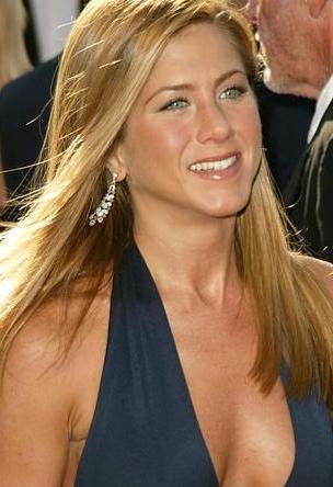 ANNESİYLE BAŞI DERTTEYDİ  Jennifer Aniston genellikle objektiflere gülümsüyor ama aslında çözümü çok zor bir derdi var.