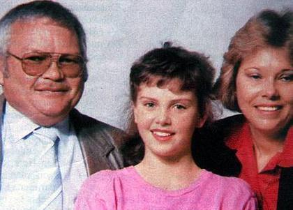 Güney Afrikalı yıldızın hayatındaki en kötü gün 21 Haziran 1991.   Theron'un alkolik olan babası o gece eve sarhoş olarak geldi ve o sırada 15 yaşında olan yıldızın yatak odasına ateş açtı.