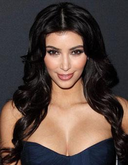 Allık ve rujun uyumu Kardashian, genelde allık ve ruj seçimini aynı renk kartelasından tercih ediyor. Şeftali tonda allık kullanırken, rujda da tercihini bir ton açığından ya da bir ton koyusundan yana kullanıyor.