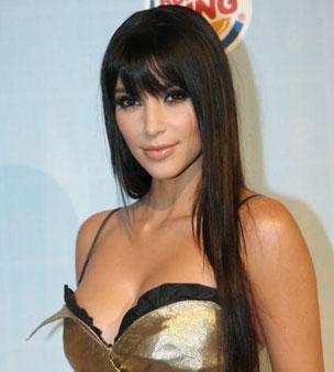 Tercihi şeftaliden yana Saçları zaten koyun renk olan Kardashian, gözlerine de koyu efektler verdiği zaman yanak ve dudaklarını şeftali tonlarında renklendiriyor.