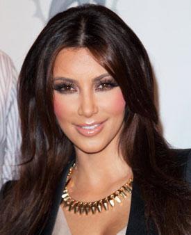 Morla grinin karışımı gözler Dumanlı gözleri seven Kardashian, zaman zaman mor far karışımıyla da farklı bir hareketlilik yaratıyor.
