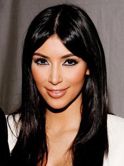 Kleopatra stili eyeliner Göz çevresine uyguladığı siyah eyeliner ile Kleopatra'dan ilham almış gibi görünüyor