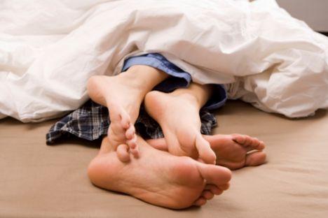 9) Yalnız uyumayın   Yalnız yaşıyorsanız, bu öneri size akılıca gelmeyebilir.  Ama hayatınızda biri olması şart değil. Sevdiğiniz biriyle, bu arkadaşınız da olabilir yeğeniniz de, birlikte uyuyun. Bu sizin kendinizi daha iyi hissetmenizi sağlayacağı gibi, ilişkinizin daha sıcak bir şekilde devam etmesine de yardımcı olur.