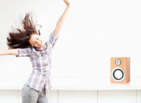 8) Güne müzikle başlayın   Çoğumuz sabah sinir bozucu alarmlarla uyanırız. Hangimiz sakin bir şekilde güne başlamak varken, kalbimiz ağzımızda uyanmak ister ki!  Ama nedense alarmların sesi, sanki bizi yataktan fırlatmak için yapılmıştır. Onun yerine yumuşak ve dingin bir müzikle güne başlayın.