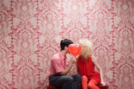 Aslan aşık olunca neler olur?  Büyük aşkınızı bekliyorsunuz. Ancak duygusal yoğunluğun çok yükseldiği bir anda kendinize gelerek varlığınızın gerçek boyutuyla yüzleşebilirsiniz.   İşin güç yanı, illa ki kendinize yüksek vasıfları olan bir sevgiliyi layık görmeniz ve böylesi biriyle tanışma zorunluluğu hissetmenizdir.   Tanıştığınızda da ona layık olmak için bir dizi sınava girmeniz gerekeceğini bilmelisiniz. Size kur yapan ve çevrenizde pervane gibi dönen sıradan tiplere de pas vermelisiniz.   Aşık olduğunuzda gözleriniz parlıyor ve olumlu enerji saçmaya başlıyorsunuz. Bu sizin temel özelliğiniz.