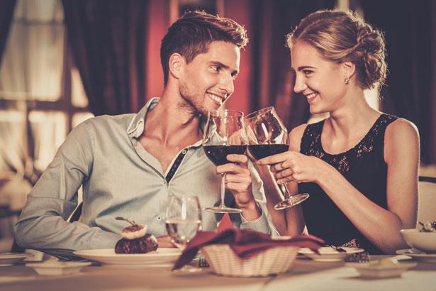Yay aşık olunca neler olur?  Burcunuzun en önemli özelliği yansıtıcı karakteri. Bu nedenle sevdiğinize kendinizi beğendirmek için kesinlikle öznel davranışlardan yararlanıyorsunuz.   Kıskançlık ise şüphesiz Yay ailesine özgü bir duygu. Bunu fazla açığa vurmanız ilişkilerinizi zedeliyor. Felsefeye olan düşkünlüğüz uzlaşmacı bir çerçevede.   İlişkilerinizde koşulsuz sadakat bekliyorsunuz. Ancak siz aynı beklentiyi boşa çıkarıyorsunuz.