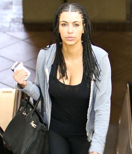 Kim Kardashian saçlarından sıkılıp bu halde sokağa çıkınca eleştiri bombardımanına tutuldu.