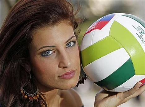 """İş ve mankenlik tekliflerinin arka araya gelmesinin kendisini sevindirdiğini belirten Paula Guillo, Alicante Üniversitesi'nde voleybol oynamaya devam  edeceğini belirterek;  """"Rüya gibi günler geçiriyorum, gelen teklifleri değerlendireceğim ve kendim için en iyi kararı vermeye çalışacağım"""" dedi.  (Milliyet)"""