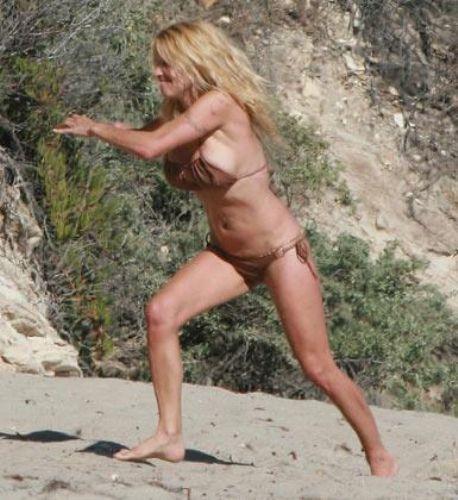 Yeni sevgilisiyle Malibu plajlarında görüntülenen Anderson, üzerindeki kahverengi bikiniyi kusursuz şekilde taşımayı bir türlü beceremedi.   Bazen üst kısmından bazen de alt kısmından sorun yaratan bikini işte paparazzilerin objektiflerine böyle takıldı.