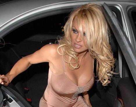 Silikonlu göğüsleriyle dikkatlerim üzerinde toplamayı başaran Pamela Anderson, her fırsatta göğüslerini göstermekten çekinmiyor.