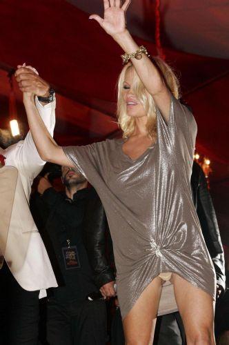 Pamela Anderson yıllar geçtikçe daha da dikkatsiz oluyor..   Anderson katıldığı gecede eğlencenin dozunu biraz kaçırınca ortaya bu görüntü çıktı.