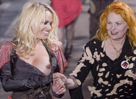Ünlü oyuncu Pamela Anderson, Paris Moda Haftası kapsamında İngiliz tasarımcı Vivienne Westwood'un 2009-2010 Sonbahar-Kış koleksiyonunu tanıttı.   Oldukça neşeli görünen Pamela, defile sırasında sık sık dekoltesinin 'azizliğine uğradı.' Durumun farkına varan Vivienne Westwood da şaşkınlığını gizleyemedi.