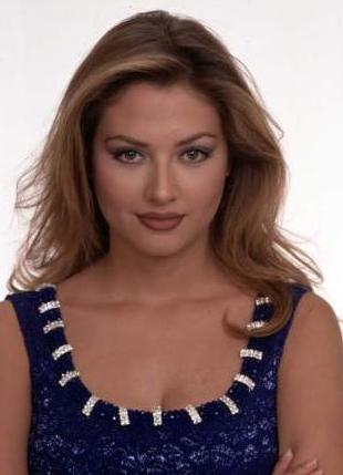 1997'de Türkiye güzellik yarışmasına katılıp dereceye girince kariyer basamaklarını tırmanmaya başladı Karatay.