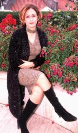 1995 yılında Kandemir Konduk'un Palavra Aşklar adlı TV dizisiyle oyunculuğa başladı.   1997 yılında StarTv'nin düzenlediği güzellik yarışmasında Türkiye 3. güzeli seçildi.