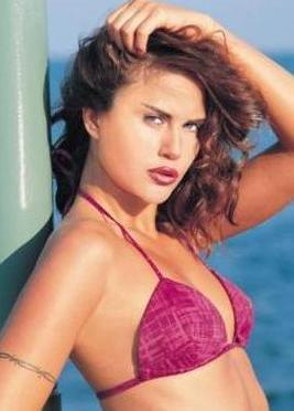 1977 doğumlu olan Şener, 1994 yılında mankenlik yapmaya başladı.  Bir yıl sonra katıldığı güzellik yarışmasında Türkiye Güzeli seçildi.