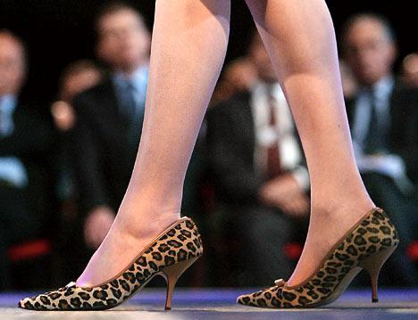 """Yürüyebileceğin ayakkabılar al Modanın büyük haberi küçük topuklar! Valentino'nun zımbalı """"kitten heel""""leri ya da Stella McCartney 'nin mini stilettolanyla gerçekten """"yürüyebiliyor"""" olmaktan daha seksi ne olabilir? Yüksek ökçelerin kralı Louboutin'ın """"mid-heel"""" pump'larını kısa skinny jean'ler ya da gömleği içine sokulmuş diz boyu """"han'fendi"""" eteklerle giymeyi, sonra da istediğim yere yürüyebilmeyi çok seviyorum.  Minik topuk, Louboutin için yeterince seksiyse, elbet benim için de öyle!"""