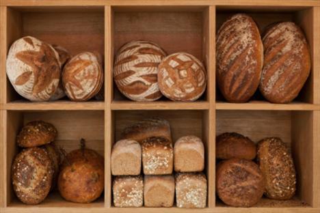 Karbonhidratlar, ana ve ara öğünlerin temelini oluşturur. Tam tahıllı ekmek, tam tahıllı kahvaltılık gevrekler, esmer pirinç pilavı, kepekli makarna, tam buğday eriştesi, bulgur, tam tahıllı bisküviler, sebze ve meyveler basit olmayan, doğru karbonhidrat kaynaklarıdır.