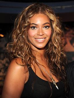 Doğal bukleler Beyonce gibi doğuştan bukleli saçlara sahip değilseniz şayet nemli saçınızı birkaç parça halinde örerek yatın. Sabah kalktığınızda örgüleri parmaklarınızla ayırın. İşte siz de doğal buklelere sahipsiniz.