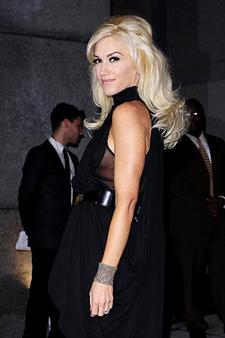 Hareketli kıvrımlar Gwen Stefani yarım toplayarak kabarttığı saçları ile ne kadar da şık görünüyor değil mi? Eğer katları saçlara sahipseniz siz de fönü dışa doğru uygulayın ve yarım şekilde toplayın.