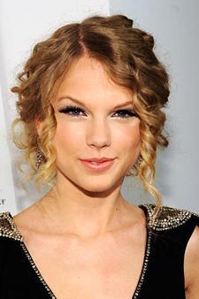 Gevşek kıvrımlar Taylor Swift gibi maşa uyguladığınız saçlarınızı gevşekçe toplayın.