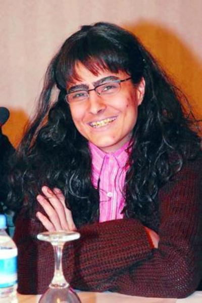 ÖZLEM CONKER   Sensiz Olmuyor adlı dizide çirkin bir kadını canlandıran Özlem Conker, makyajlı hali ile objektiflere gülümsedi.