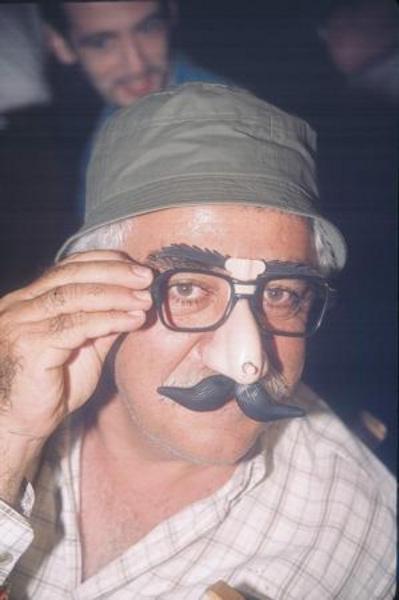 LEVENT KIRCA   Levent Kırca , tiyatro sanatçısı , yönetmenliğini yaptığı Son adlı filmin çekimleri sırasında ilginç görüntüler sergiledi.