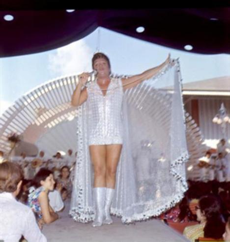 ZEKİ MÜREN   Türk Sanat Müziğinin güçlü isimlerinden Zeki Müren, sahne şovlarında giydiği kıyafetlerle hala hafızalarda.