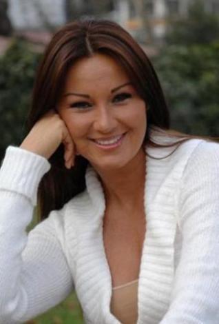 Bu dizi sayesinde oyuncu olarak da kendini kabul ettiren Pınar Altuğ o sıralar Umut Elçioğlu ile evliydi.   Ancak eşi askerdeyken başka bir erkekle ilişki yaşadığı ortaya çıkınca ortalık karıştı. Altuğ dizinin kadrosundan çıkarıldı.