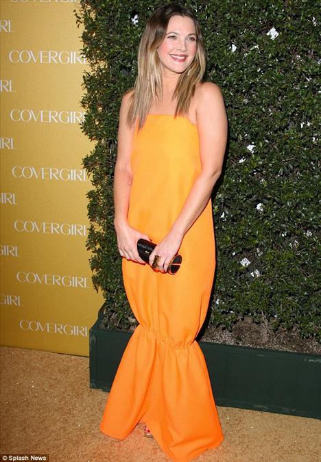 Covergirl markasının 50. yıl kutlamaları nedeniyle düzenlenen partide, Drew Barrymore turuncu, poşeti andıran bir elbise giymişti.