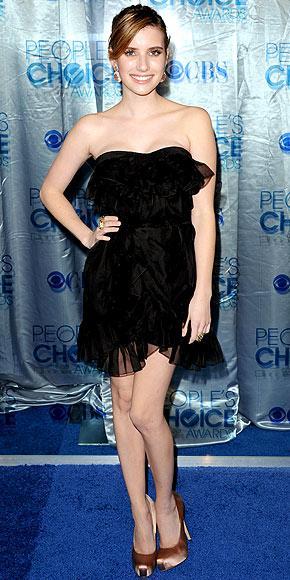 Genç aktris Emma Roberts, straplez, mini Dior elbisesiyle çok şıktı.