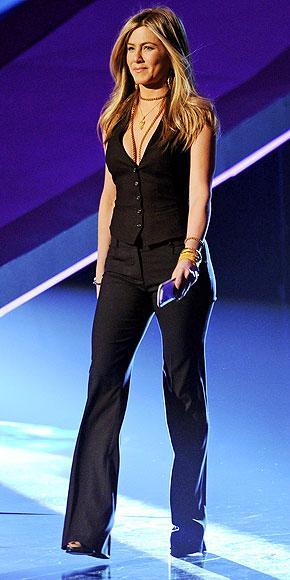 Güzel aktris Jennifer Aniston  Dolce & Gabbana takımının içinde çok seksi görünüyor.
