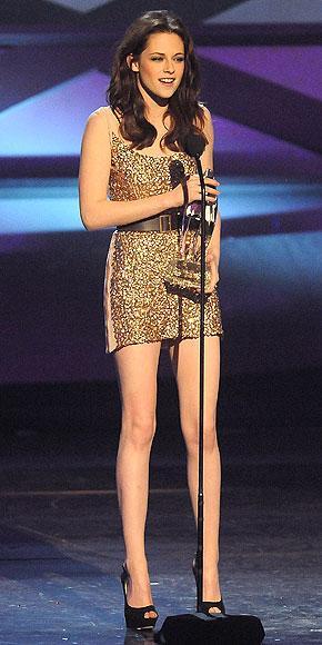 Twilight filminin yıldızı Kristen Stewart elbise tercihini mini bir Reem Acra'dan yana kullanmış.