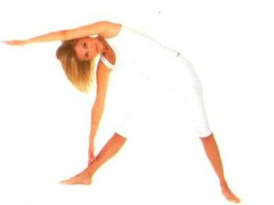 Konasana •Bacaklarınızı genişce açın. Nefes alırken, sol kolunuzu dik bir şekilde yukarı kaldırın.  •Nefes verirken, sağa doğru eğilin. Eğilirken sağ elinizi yere doğru uzatın ve el parmağınızla ayak bileğinize dokunun.  •Başınızı çevirerek öne doğru bakın. Sol kolunuzu avuç içi yere bakacak şekilde baş üzerinden sol kulağa yapışık olarak ileri doğru uzatın.