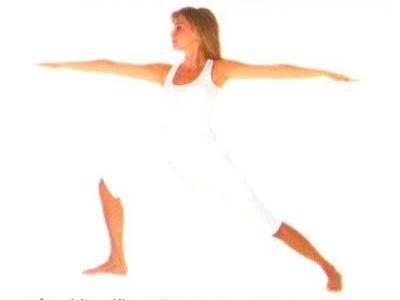 Virabhadrasana •Ayakta dümdüz  durun. Nefes verirken, ayaklarınızı açabildiğiniz kadar açın. •Nefes alırken, kollarınızı omuz hizasında yanlara açın. Nefes verirken ayaklarınızı sağa çevirin.  •Nefes alırken, başınızı sağa çevirin ve sağ elinize bakın. Nefes verirken,  sağ dizinizi, baldırınız yere dik oluncaya  dek  ileri doğru bükün.  •Nefes  alırken, sağ bacağınızı düzeltin.Nefes verirken, başınızı öne çevirin.