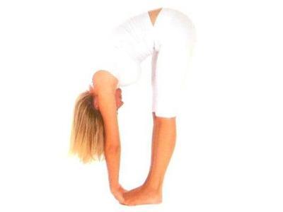 Padahastasana •Bacaklar bitişik ayakta durun. Nefes alın, nefes verirken, kalçalardan öne eğilin. Ellerinizi ayaklarınızın altına sokun, avuç içleri ayak tabanlarına yapışık olmalı.  •Nefes alın ve nefes verirken, dirseklerinizi bükerek başınızı bacaklarınıza yaklaştırın.