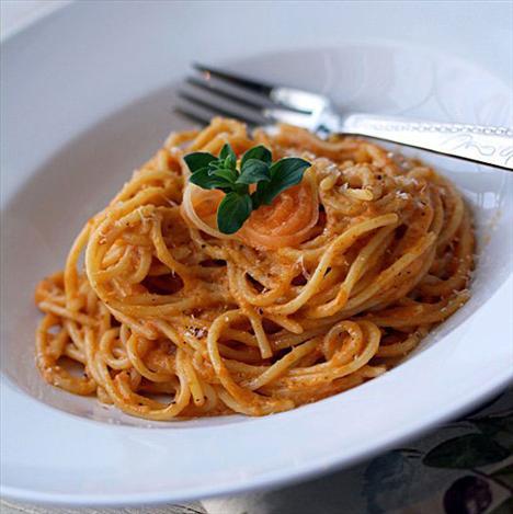 En lezzetli ve pratik İtalyan tarifleri  Domates soslu makarna  Tarifi görmek için tıklayın!