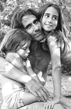Açıkalın her iki kızını da çok fazla göz önüne çıkarmıyor.