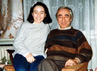 """""""Huyum da fiziğim de babama benzer"""" diye tanımladığı o usta aktörü büyük olasılıkla bu genç kızın yüzüne bakarak tanıdınız.  Ama tanımayanlar için bir ipucu daha verelim. Bengü'nün dedesi aktör Ali Şen, babası Şener Şen, annesi de oyuncu Şermin Hürmeriç."""