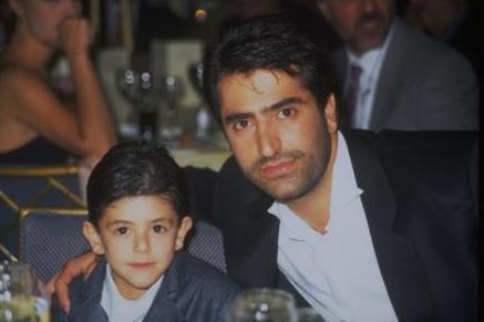 Çok fazla medya önüne çıkmayan Mahmut, Kırmızgül'ün çok sevdiği ancak genç yaşta yitirdiği ağabeyinin adını taşıyor.