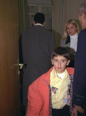 Emrah bundan yıllar önce konser vermek için gittiği Bursa'da hayranı olan Ebru Çolak'la bir kaçamak yapmıştı.
