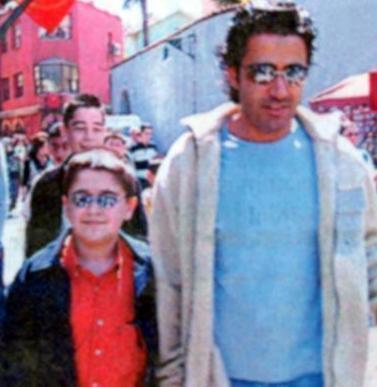 Emrah daha sonra oğlunu kabul etti.   Hatta baba- oğul geçen yıl Bodrum'da tatil yaparken Hafta Sonu Dergisi'nin objektiflerine takıldı.