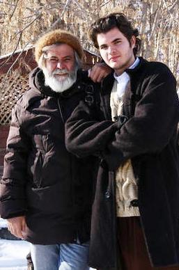 Akan'ın oğlu Barış da Deli Deli Olma filminde babasının oynadığı karakterin gençliğini canlandırdığı için gündeme gelmişti.   Barış şimdi yurtdışında öğrenimine devam ediyor.