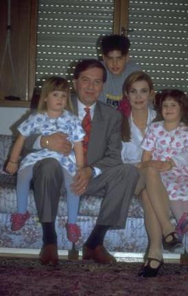 DERYA BAYKAL VE BÜYÜK ÇOCUĞU MERT  Derya Baykal'ın ünlü tiyatro sanatçısı Ferhan Şensoy ile olan evliliğinden dünyaya gelen kızları Müjgan Ferhan ve Neriman Derya'yı kamuoyu uzun süredir tanıyor.   Ama Baykal'ın ilk evliliğini yaptığı Levent Baykal'dan da bir oğlu var.