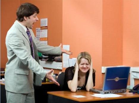 Patronunuzla geçinemiyorsanız, o zaman işiniz tehlikede demektir. Patronunuz doğal olarak işten birini çıkartması istendiğinde ilk olarak sizi düşünecektir. Eğer durum buysa şirket içinde başka bölümlere geçmeye çalışın.