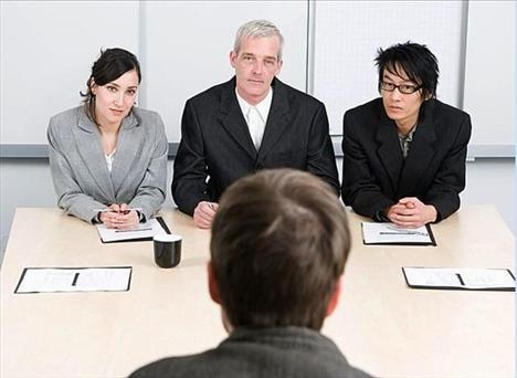 Şirket sizin işiniz için birini arıyorsa ve siz de bunu gazetede çıkan bir iş ilanında gördüyseniz, dikkatli olun. Şirket personel sayısını artırmak istiyorsa sorun yok, ama öyle değilse bu sizin yakında işten çıkarılabileceğinizi gösterir. Hatta daha işten çıkarılmadan sizden işe yeni alınan elemanı eğitmeniz de beklenebilir, o yüzden hemen özgeçmişinizi gözden geçirin.