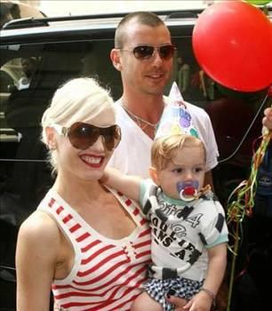 """VAFTİZ KIZI ÖZ KIZI ÇIKTI   Ünlü şarkıcı Gwen Stefani, 2004'te Gavin Rodddale ile evlendi. İkili tam bebek için plan yaparken Stefani duyduğu bir haberle şoke oldu.   Eşinin kendisine """"vaftiz kızı"""" olarak tanıttığı Daisy Lowe'un aslında Rossdale'in Pearl Lowe'la olan ilişkisinden dünyaya gelen gerçek kızı olduğunu öğrendi.   DNA testleri de küçük kızın babasının Gawin Rossdale olduğunu kanıtladı.   Bu olay nedeniyle zor günler geçiren Stefani kısa bir süre sonra hamile olduğunu açıkladı. Çift hala evli ve Kingston adındaki oğullarıyla mutlu bir hayat sürdürüyor."""
