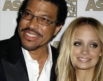GERÇEK AİLEM KİM?   Nicole Richie bazı kişiler tarafından ünlü şarkıcı Lionel Richie ve eşi Brenda'nın kızı olarak biliniyor.   Ama gerçek öyle değil. Nicole aslında Richie'nin orkestrasında çalışan bir çiftin kızı.