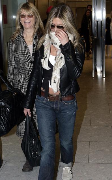 Jennifer Aniston şalı ve ceketiyle oldukça spor görünüyor